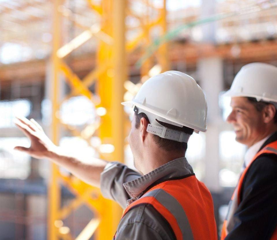 kierownik budowy przedstawiający projekt